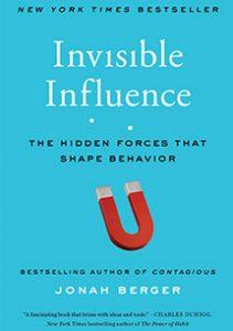 Invisible Influence, integra la investigación y el pensamiento de los negocios, la psicología y las ciencias sociales para centrarse en las influencias sutiles e invisibles detrás de nuestras elecciones.