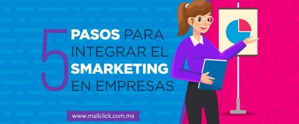 """Mujer mostrando una gráfica de pastel acompañada del título """"5 pasos para integrar el smarketing en empresas"""""""